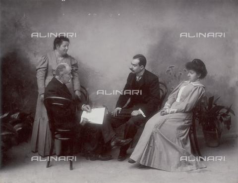 TCA-F-00233V-0000 - Antonio, Alfredo e Amelia Trombetta. Marianna Nicastro in piedi dietro al marito - Data dello scatto: 1906 - Archivi Alinari-donazione Trombetta, Firenze