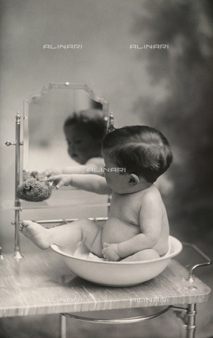 TCA-F-00307V-0000 - Baby boy in a little bathtub