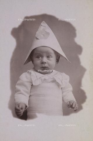 TCA-F-00332V-0000 - Neonato con cappello di carta - Data dello scatto: 1920 ca. - Archivi Alinari-donazione Trombetta, Firenze