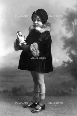 TCA-F-00340V-0000 - Girl with doll