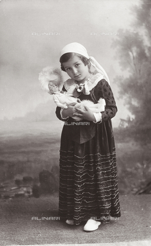 TCA-F-00345V-0000 - Portrait of little girl in costume with doll