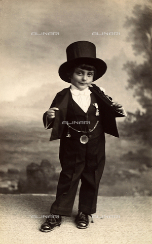 TCA-F-00355V-0000 - Portrait of a child in costume