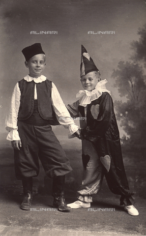 TCA-F-00357V-0000 - Couple of children in costume