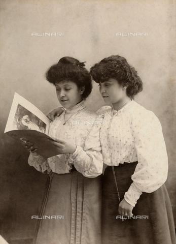 TCA-F-00389V-0000 - Due amiche - Data dello scatto: 1898 - Archivi Alinari-donazione Trombetta, Firenze