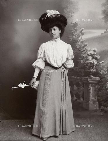 TCA-F-00423V-0000 - Ritratto di signora in studio - Data dello scatto: 1900 ca. - Archivi Alinari-donazione Trombetta, Firenze