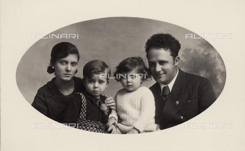 TCA-F-00440V-0000 - Ritratto della famiglia Leoni, Campobasso - Data dello scatto: 1920 ca. - Archivi Alinari-donazione Trombetta, Firenze