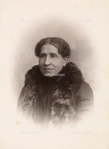 TCA-F-00492V-0000 - Signora con pelliccia - Data dello scatto: 1900 ca. - Archivi Alinari-donazione Trombetta, Firenze