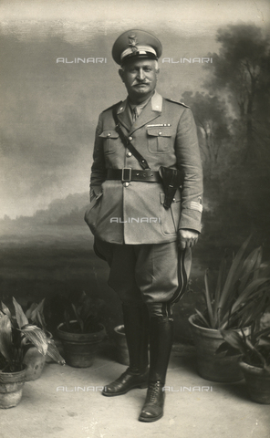 TCA-F-00526V-0000 - Portrait of a man in military uniform - Data dello scatto: 1910-1920 - Archivi Alinari, Firenze
