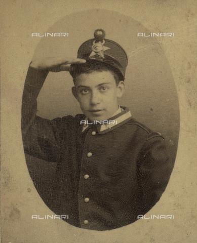 TCA-F-00535V-0000 - Alfredo Trombetta ragazzino con divisa da soldato, mentre fa il saluto militare - Data dello scatto: 1890 - Archivi Alinari-donazione Trombetta, Firenze