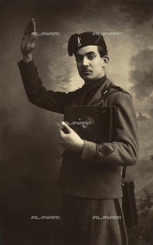 TCA-F-00571V-0000 - Antonio Trombetta jr. in divisa militare fascista con macchina fotografica in mano mentre fa il saluto fascista - Data dello scatto: 1937 - Archivi Alinari, Firenze