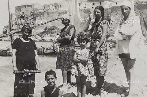 TCA-F-00611V-0000 - Bathers on the beach in Termoli - Data dello scatto: 1926 - Archivi Alinari, Firenze