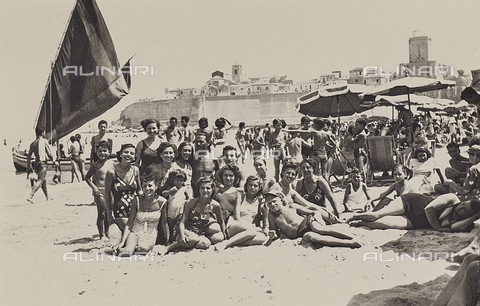 TCA-F-00627V-0000 - Group portrait on the beach in Termoli - Data dello scatto: 1950 - Archivi Alinari, Firenze