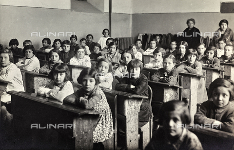 TCA-F-00640V-0000 - Third grade students and the teacher Incoronata Orlando in a school in Campobasso - Data dello scatto: 1931 - Archivi Alinari, Firenze