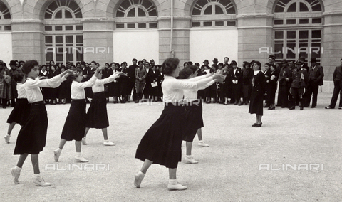 TCA-F-00706V-0000 - Young Italian women during exercises