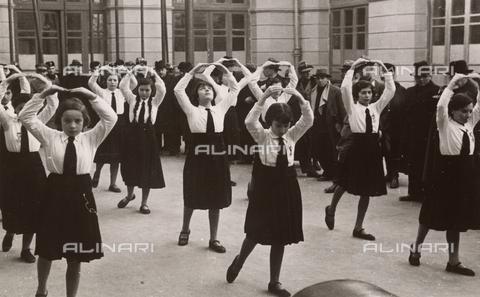TCA-F-00708V-0000 - Young italian girls exercising