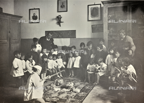 "TCA-F-00749V-0000 - Children from the nursery school in Campobasso photographed while playing ""La rupture of the pignatta"" - Data dello scatto: 1925 - Archivi Alinari, Firenze"