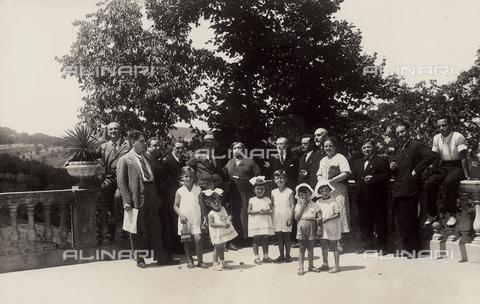 TCA-F-00791V-0000 - Ritratto delle famiglie Furia e Berletta sulla terrazza della Villa De Capoa, Campobasso - Data dello scatto: 1925 ca. - Archivi Alinari-donazione Trombetta, Firenze