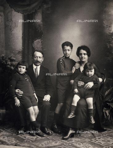 TCA-F-00802V-0000 - Ritratto di famiglia del maestro di pianoforte Gastone De Angeli, Campobasso - Data dello scatto: 1910 ca. - Archivi Alinari-donazione Trombetta, Firenze