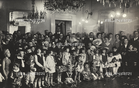 TCA-F-00845V-0000 - Group of masked children and adults at the Sannitico di Campobasso club for the Cardarelli Hospital pro party - Data dello scatto: 1929 - Archivi Alinari, Firenze