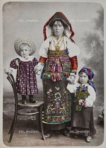 TCA-F-00954V-0000 - Donna in costume di Baranello con i figli - Data dello scatto: 1880 ca. - Archivi Alinari-donazione Trombetta, Firenze