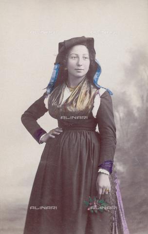 TCA-F-01027V-0000 - Donna in costume di Vinchiaturo - Data dello scatto: 1900 ca. - Archivi Alinari-donazione Trombetta, Firenze