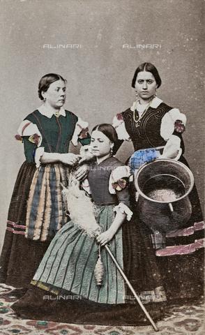 TCA-F-01067V-0000 - Donne in abiti tradizionali di Riccia - Data dello scatto: 1870 ca. - Archivi Alinari-donazione Trombetta, Firenze