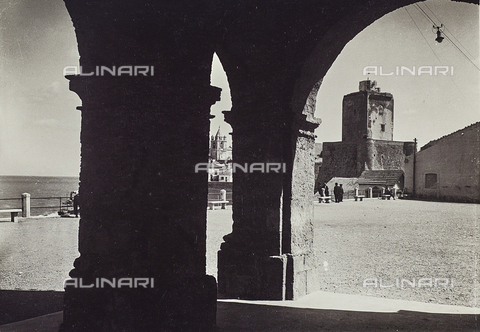 TCA-F-01220V-0000 - View of Termoli with the background the tower of the castle - Data dello scatto: 1930-1935 - Archivi Alinari, Firenze