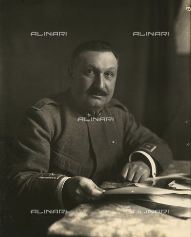TCA-F-01360V-0000 - Portrait of a man in uniform sitting at a table while examining some papers, portrait presumed to General Angelo Gatti (1875-1948) - Data dello scatto: 1915-1918 - Archivi Alinari, Firenze