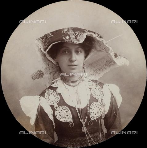 TCA-F-0989BV-0000 - Amelia Trombetta in costume di Roccamandolfi - Data dello scatto: 1902 - Archivi Alinari-donazione Trombetta, Firenze