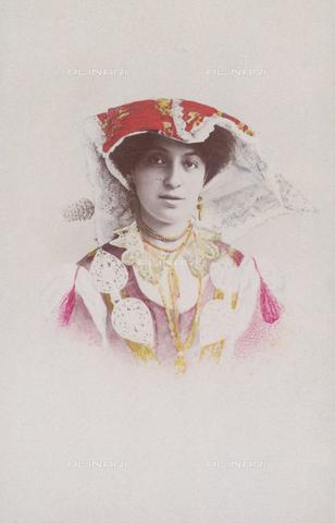 TCA-F-0989DV-0000 - Amelia Trombetta in costume di Roccamandolfi con spillone sul copricapo - Data dello scatto: 1902 - Archivi Alinari-donazione Trombetta, Firenze