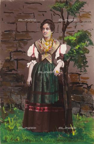 TCA-F-1052BV-0000 - Donna in abiti tradizionali di Jelsi - Data dello scatto: 1870 ca. - Archivi Alinari-donazione Trombetta, Firenze