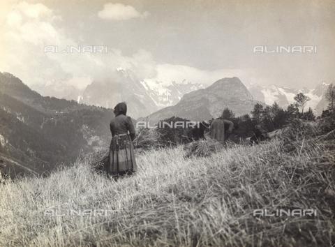 TCB-F-000657-0000 - Contadini nei campi a Pré-Saint-Didier con sullo sfondo il Monte Bianco - Data dello scatto: 1930 ca. - Touring Club Italiano/Gestione Archivi Alinari