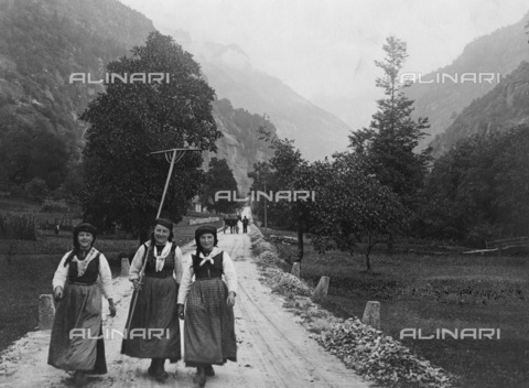 TCI-F-A00351-0000 - Contadine in Piemonte - Data dello scatto: 1920 ca. - Touring Club Italiano/Gestione Archivi Alinari