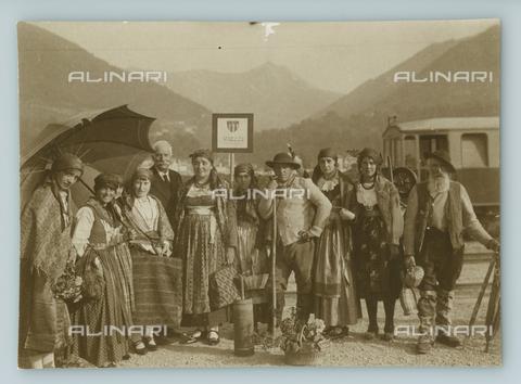 TCI-F-A04469-0000 - europa, italia, piemonte, torino, gruppo di vigezzo in costumi tipici, 1920 1930 - Touring Club Italiano/Gestione Archivi Alinari