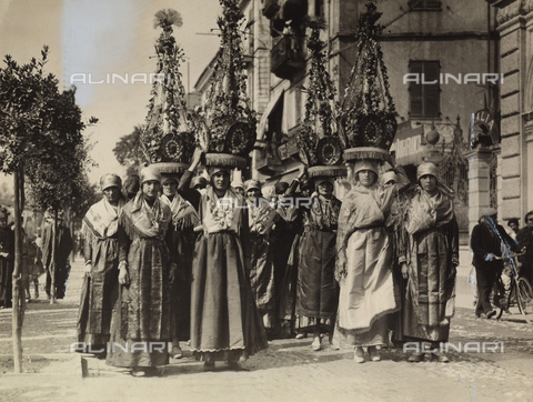 """TCI-F-A04477-0000 - Folklore,Bollengo (Torino): dames of Bollengo carrying the characteristic """"charity"""" on their heads at the rural parade of Ivrea - Date of photography: 1928 - Touring Club Italiano/Alinari Archives Management"""