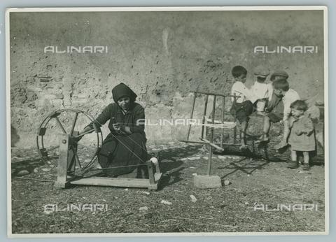 TCI-F-A04487-0000 - europa, italia, piemonte, la filatrice, 1920 1930 - Touring Club Italiano/Gestione Archivi Alinari