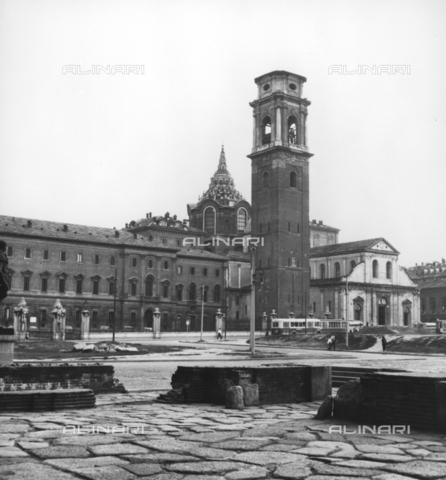 TCI-F-A10343-0000 - Piazza San Giovanni con la Cattedrale di San Giovanni Battista e il Campanile a Torino - Data dello scatto: 1957 ca. - Touring Club Italiano/Gestione Archivi Alinari