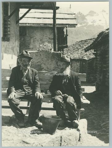 TCI-F-A11860-0000 - europa, italia, valle d'aosta, antagnod, val d'ayas, coppia di alpini, - Touring Club Italiano/Gestione Archivi Alinari