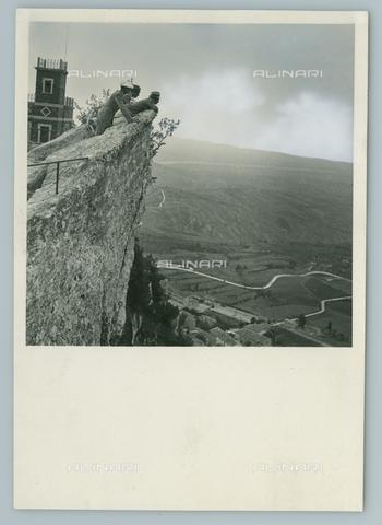 TCI-F-I12372-0000 - europa, repubblica di san marino, uomini ammirano il panorama da una sporgenza, 1949 - Touring Club Italiano/Gestione Archivi Alinari
