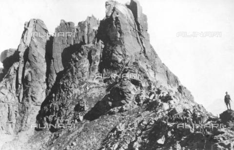 TCI-S-000212-AR05 - Gruppo di alpini vicino ad una parete rocciosa - Touring Club Italiano/Gestione Archivi Alinari