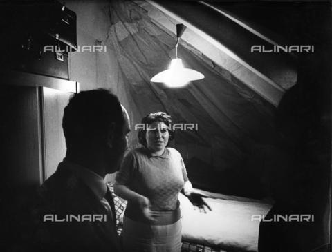 TCI-S-000494-AR09 - Emigrazione italiana in Svizzera: camera da letto per una coppia in una soffitta - Data dello scatto: 1964-1965 - Touring Club Italiano/Gestione Archivi Alinari
