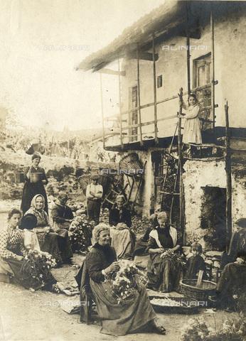 TCI-S-001687-AR01 - Laveno: vecchie contadine staccano i bozzoli del baco da seta - Data dello scatto: 1890-1899 ca. - Touring Club Italiano/Gestione Archivi Alinari