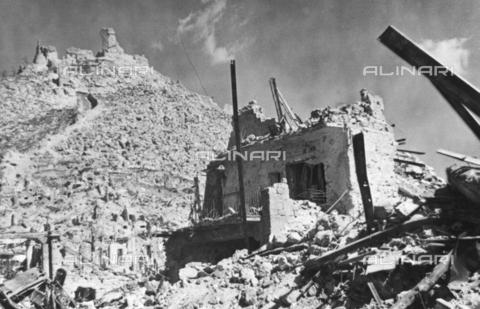 TCI-S-002212-AR11 - L'abbazia di Montecassino dopo il bombardamento avvenuto durante la Seconda Guerra Mondiale - Data dello scatto: 02/1944 - Touring Club Italiano/Gestione Archivi Alinari