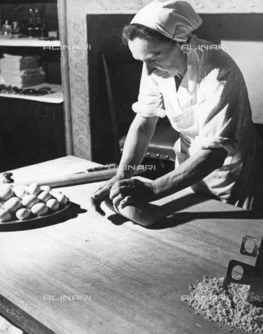 TCI-S-003874-AR08 - Preparazione della sfoglia per la pasta all'uovo a Bologna - Data dello scatto: 1956 ca. - Touring Club Italiano/Gestione Archivi Alinari