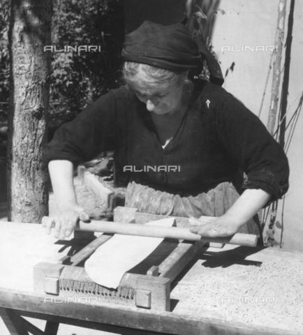 TCI-S-004073-AR08 - Preparazione degli spaghetti alla chitarra - Data dello scatto: 1964 ca. - Touring Club Italiano/Gestione Archivi Alinari