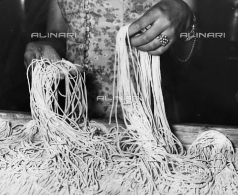 TCI-S-004262-AR08 - Spaghetti alla chitarra - Data dello scatto: 1966 ca. - Touring Club Italiano/Gestione Archivi Alinari