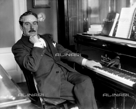TCI-S-005490-AR11 - Giacomo Puccini at the piano - Date of photography: 1919 - Touring Club Italiano/Alinari Archives Management