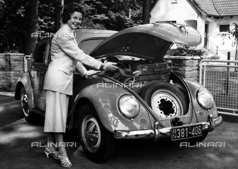 TCI-S-006178-AR03 - Il Maggiolino Volkswagen - Data dello scatto: 1957-1959 - Touring Club Italiano/Gestione Archivi Alinari