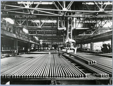 TCI-S-011722-AR03 - Linear testing in steel mill to plummet, 1957 - Touring Club Italiano/Alinari Archives Management