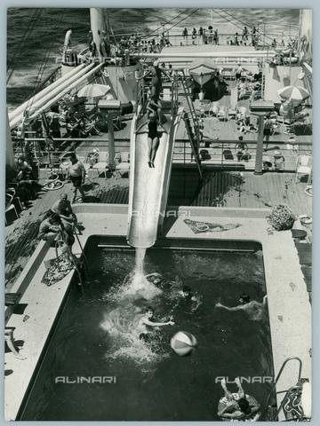 TCI-S-012245-AR03 - transatlantico augustus, la piscina, 1959 - Touring Club Italiano/Gestione Archivi Alinari